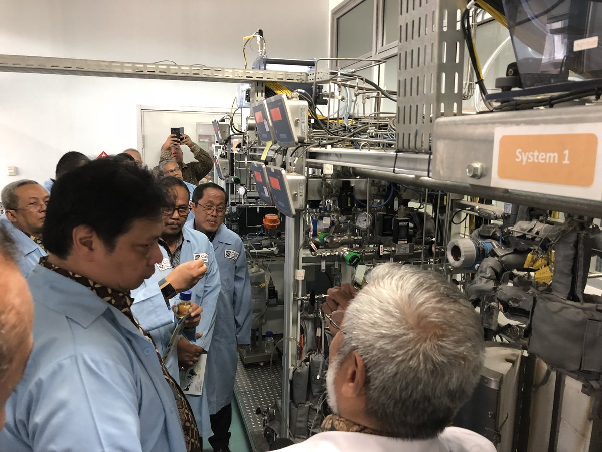 Industry Minister Tours ITB's Bio-hydrocarbon Laboratory